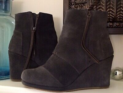 579bac5fda4c TOMS Women s Size 8 Desert Wedge Booties Gray Suede Leather Ankle Zip-GUC •