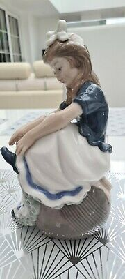 NAO BY LLADRO FIGURINE  Tying My Shoe  Retired Mint Condition  • 10£