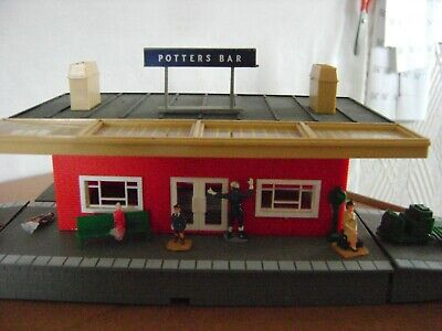 Triang Hornby Through Station Complete With Passengers & Platform Items  • 25£