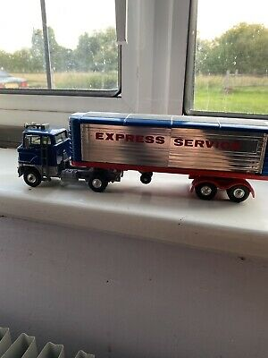 Corgi 1137 Ford Articulated Truck ' Express Services 'and Figure • 40£