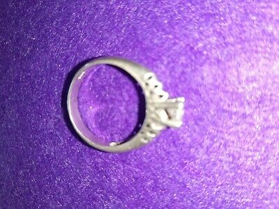 A 925 Silver Ladies Ring  With A Cut Glass Sparkling Stone. • 8£