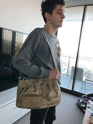 AU285 • Buy Authentic Gucci Signature Leather Messenger Bag With Strap