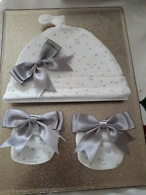 ROMANY BABY GIRL / BOY SILVER GREY STAR SATIN BOW  HAT AND MITTENS 0 - 3 Months  • 4.99£
