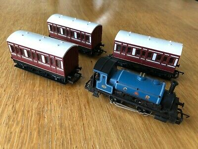 Hornby 00 R057 0-4-0 Caledonian Saddle Tank Pug & 3 X R219 Four Wheel CR Coaches • 26£