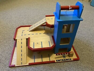 Wooden Toy Carpark Garage • 5£