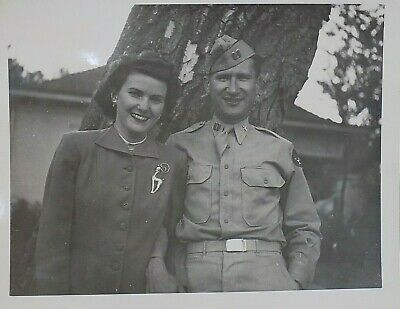 VINTAGE WW2 PHOTO YOUNG COUPLE MAN In UNIFORM W/ LADY 4  X 5  WWII Picture • 3.73£