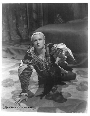 Olivier, Laurence - Signed Photograph In  Hamlet  • 186.83£