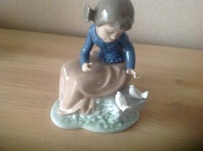 Nao, Little Girl Seated With Two Doves • 2.50£