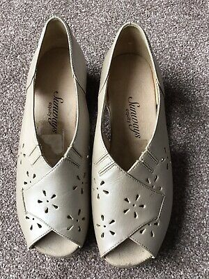 Equity Sunways Beige Leather Open Toe Shoes. Size 5. • 3£