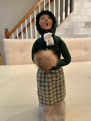 BYERS CHOICE CAROLERS 2004 LADY WITH HAND MUFF  -Apron. • 32.56£