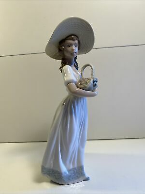 Nao By Lladro Girl With Flowers • 10£