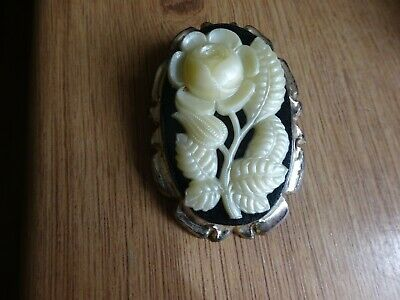 Unusual Vintage Plastic Flowers Cameo Brooch  • 0.99£