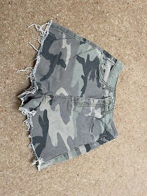 £5 • Buy Topshop Camo Mom Style Shorts Size 6