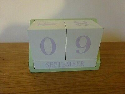 Wooden Green And White Perpetual Calendar • 3.50£