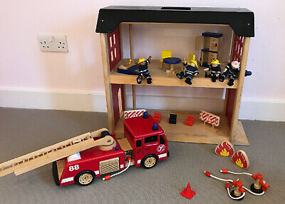 John Crane Pintoy Fire Engine And Station With People And Accessories • 15£