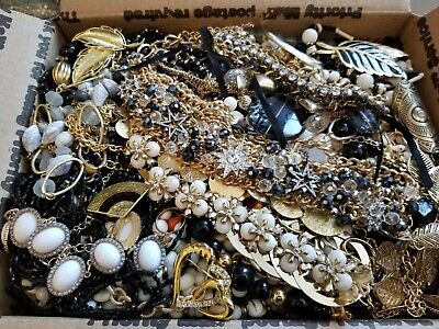 $ CDN92.15 • Buy HUGE 14 Lbs Vintage Mod Wearable Jewelry LOT Necklaces Bracelets Brooches Rings+