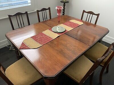 AU100 • Buy Oak Dining Room Table. Excellent Condition. Comes With An Extender.