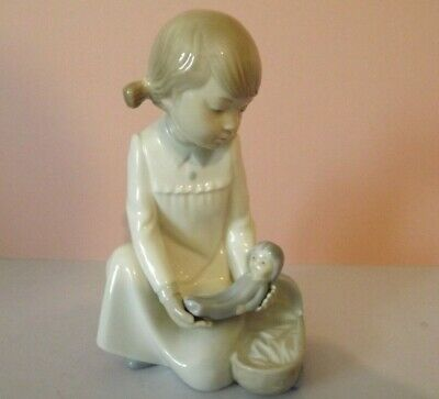 Nao By Lladro Girl With Doll Figurine • 18.90£