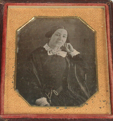 Daguerreotype Woman  In Casual Pose.  Short Hair , Lace Collar And Cuffs.  • 250.30£