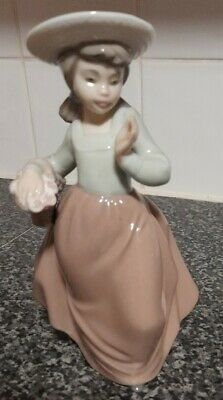 Nao Figurine - Girl With Flowers • 5.80£