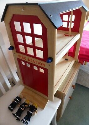 Pintoy Traditional Wooden Fire Station By John Crane With Ramp & 3 Firefighters • 20£