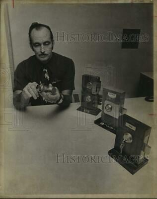 $ CDN24.25 • Buy 1975 Press Photo Barney Ring, Police Detective At Station With Door Locks