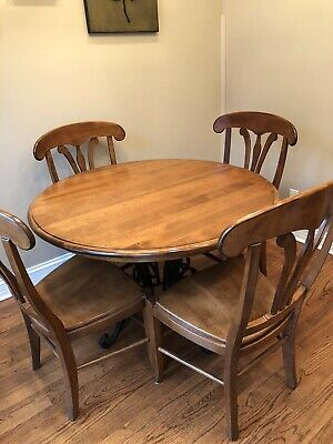 60  Round Nichols And Stone Dining Table With Leaf. 4 Matching Chairs.  • 355$