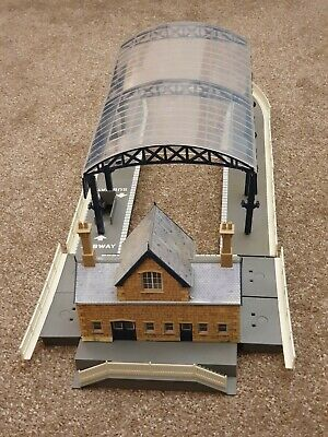 Hornby R8009 OO Gauge Model Railway Station Terminus & Booking Hall Kit - Boxed • 19.99£