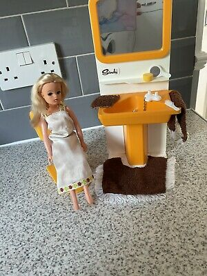 £10 • Buy Vintage Sindy Washbasin And Toilet ( Doll Not Included )