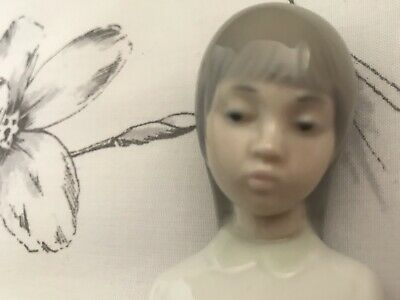 NAO By Lladro 'Girl With Candle' No:562 By Camison Vela • 7£