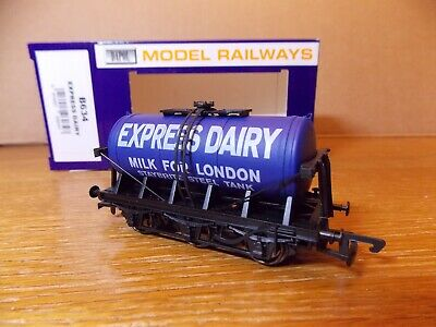DAPOL B634 6-WHEEL TANKER WAGON In EXPRESS DAIRY MILK FOR LONDON Livery 00 Gauge • 12£