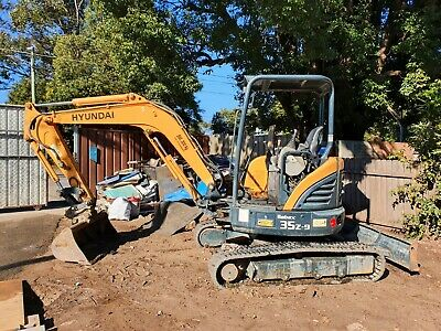 AU50000 • Buy Hyundai 3.5 Tonne Diesel Excavator 3 Buckets And A Sifter Included Hammer Piping
