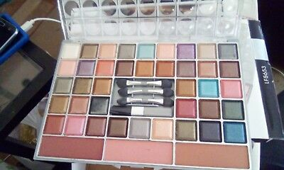 39 Coloured Eyeshadow Palette Complete With Application Sticks • 9£
