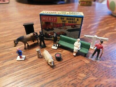 Triang/Hornby Station Accessories 5 People, Various Animals Etc In Box • 8£