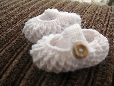 CUTE PAIR HAND KNITTED BABY SHOES In WHITE - NEW BORN (2) • 2.60£
