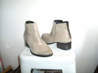 £9 • Buy CLARKS GREY LEATHER SIZE 6 BACK ZIP CLOSURE 10ins AROUND TOP VERY GOOD CON.(202)