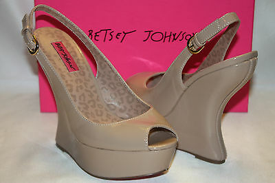 NEW NIB BETSEY JOHNSON Blush Nude Patent MAKENNA Curved Heel Peep Toe Wedge $129 • 36.68£