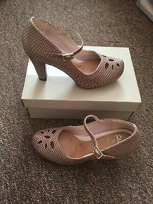Clarks Ladies Concert Ticket Court Shoes Size 5.5 E Rare Stunning Hint Of Gold • 55£