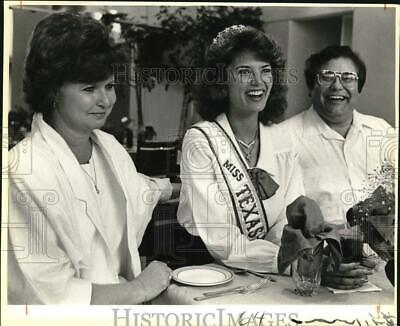 $16.88 • Buy 1986 Press Photo Miss Texas USA Michelle Royer Laughs With Her Proud Mom And Dad