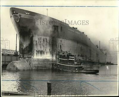 $ CDN32.31 • Buy 1975 Press Photo Supertanker Ship  Eugenie Livanos  At Pier 20 - Sia17095