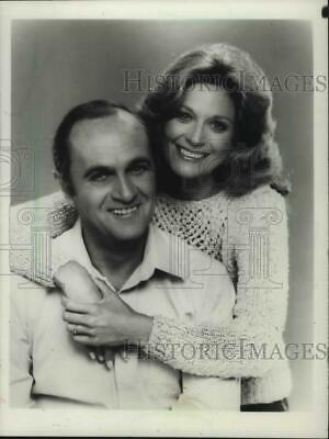 $ CDN25.05 • Buy 1982 Press Photo Bob Newhart And Mary Frann Pose For Picture. - Mjp26223