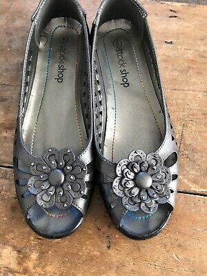 Ladies Pewter Shoes Size 5 • 2.50£