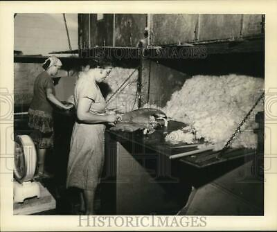 1949 Press Photo Kapok Life Preservers Being Stuffed During Creation Process • 13.39£