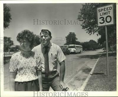$ CDN16.10 • Buy 1989 Press Photo Carol & Wayne Marien With Speed Zone Sign They Want Moved, TX