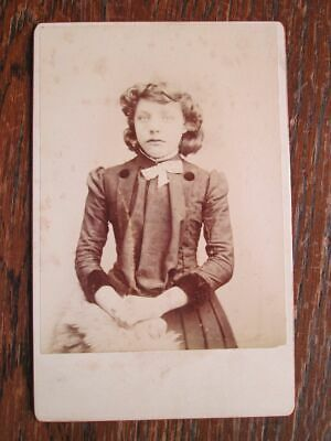 VICTORIAN GIRL, FASHION DETAILS - CABINET PHOTO (1890s) • 3£