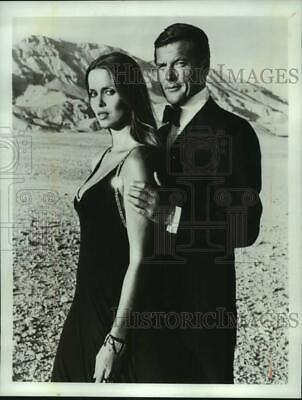 $ CDN25.16 • Buy 1984 Press Photo Barbara Bach And Roger Moore In  The Spy Who Loved Me