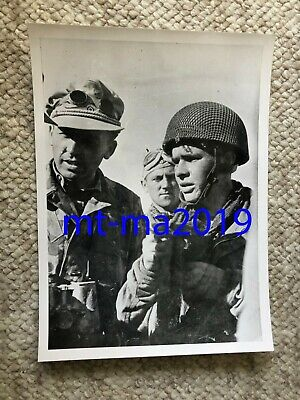 Ww2 Press Photograph - British Paratrooper With German Paratroopers - Pow • 14.50£