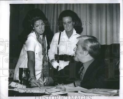 $ CDN21.82 • Buy 1970 Press Photo Barney Ales Mrs Thomas Schoenith Wife